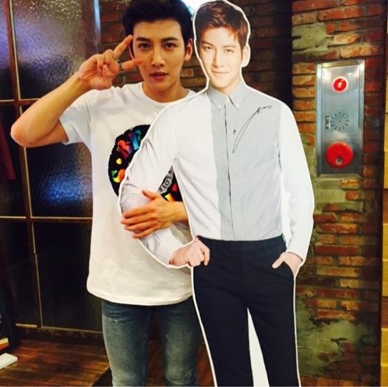 """10日,池昌旭在个人instagram上传了一张与""""自己""""的合影,十分可爱."""