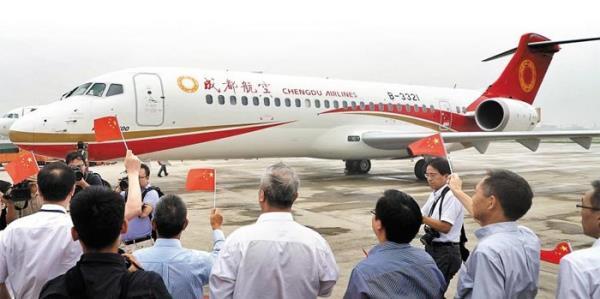 据新华社报道,中国成都航空公司国产客机ARJ21-700从四川成都起飞,经过2小时35分钟的飞行抵达上海虹桥机场。ARJ21-700是中国国有客机制造企业中国商用飞机有限责任公司自主研发的中小型客机,座位数90座,航程2225至3700公里。成都航空公司计划到明年购入52架ARJ21,投入到以成都为中心连接北京、上海、深圳等城市的7个国内航线。 中国商用飞机有限责任公司在2000年代初着手研发ARJ21飞机,成功实现商用化。2008年11月,首架ARJ21-700飞机在上海成功试飞,2014年年末获得中国